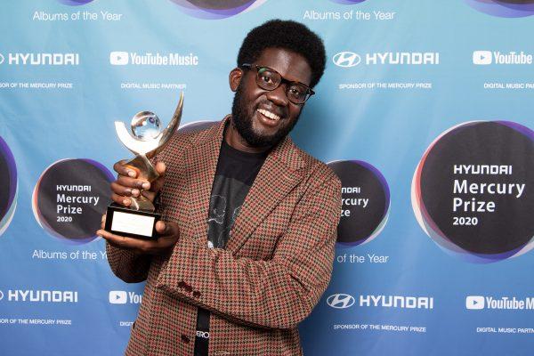 Michael Kiwanuka recebe o prêmio Mercury Prize (Getty Images)