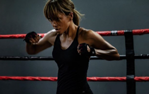 Halle Berry assina contrato milionário para exibição de filme na Netflix
