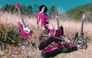 Exclusivo: Luiza Brina lança mensagens ao mar em capa de novo EP, que chega nesta quinta