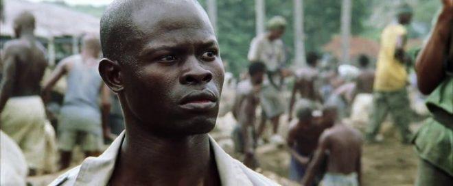 """Djimon Hounsou em """"Diamante de Sangue"""" (Reprodução)"""