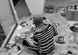 """Em foto, Xuxa revira baú para escolher imagens que vão compor o livro """"Memórias"""""""