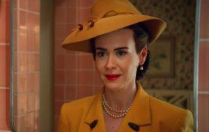 """Sarah Paulson vive momentos bizarros em novo trailer da série """"Ratched"""""""