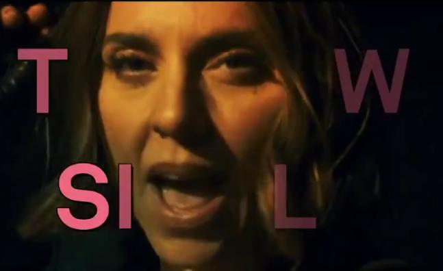 """Melanie C no teaser de """"Fearless"""" (Reprodução)"""