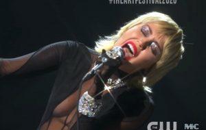 """Miley Cyrus arrasa nos vocais ao cantar música do Blondie e """"Midnight Sky"""" no iHeart Festival"""