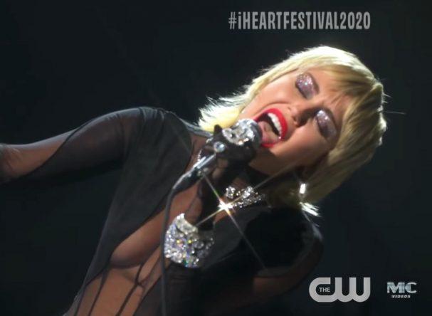 Miley durante apresentação no iHeartRadio Music Festival (Reprodução)