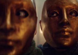 """Família visita hotel misterioso no trailer de """"Kadaver"""", novo filme de terror da Netflix"""
