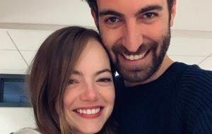 Emma Stone e Dave McCary levantam rumores de casamento após usarem anéis iguais