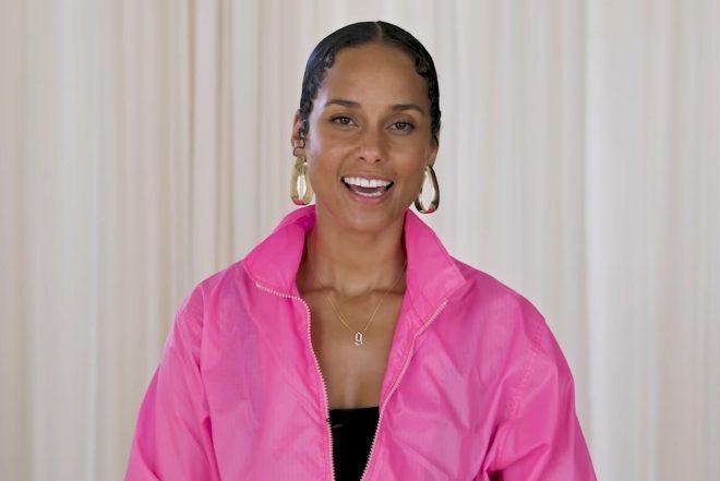 Alicia em vídeo para a revista ELLE (Reprodução)
