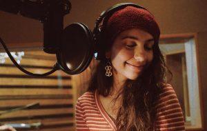 Alessia Cara anuncia que está gravando novas músicas