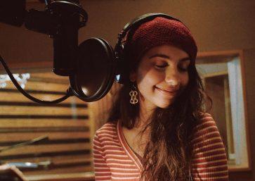 Alessia Cara em foto no estúdio (Reprodução)