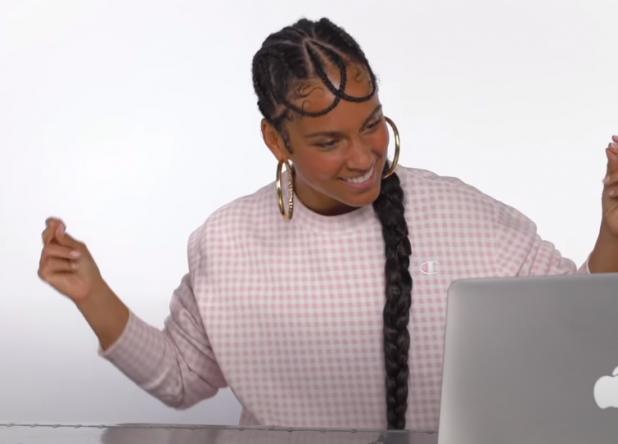 Alicia Keys assistindo a vídeos no computador (Foto: Reprodução)