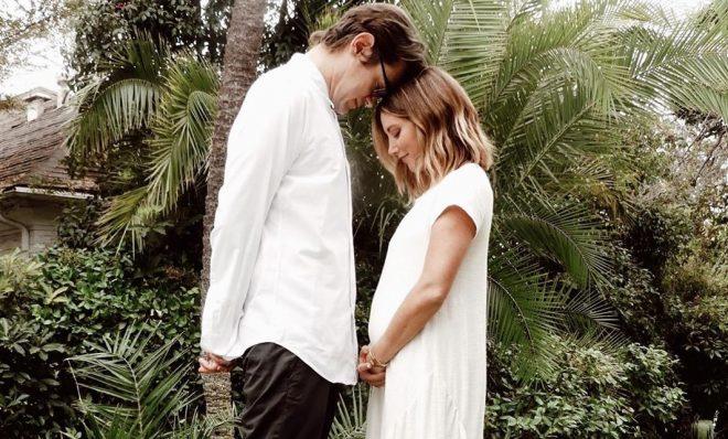 Ashley Tisdale e o marido em foto (Reprodução/Instagram)