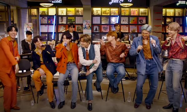 BTS durante gravação de apresentação ao Tiny Desk (Reprodução)