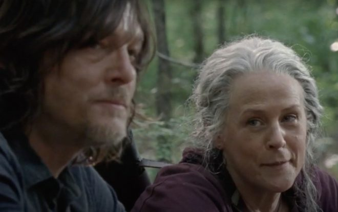 Dary e Carol conversam na floresta em cena de The Walking Dead (Reprodução)
