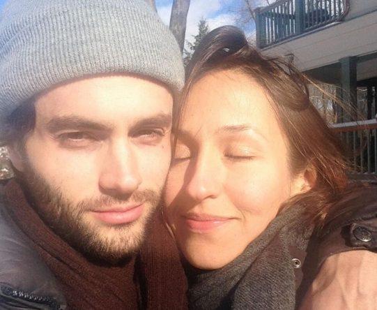 Penn Badgley e Domino Kirke em foto no Instagram (Foto: Reprodução)