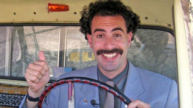"""Sacha Baron Cohen em cena do filme """"Borat"""" (Reprodução)"""