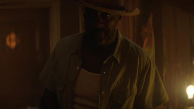 """Idris Elba em clipe de """"Concrete Cowboy"""" (Reprodução)"""