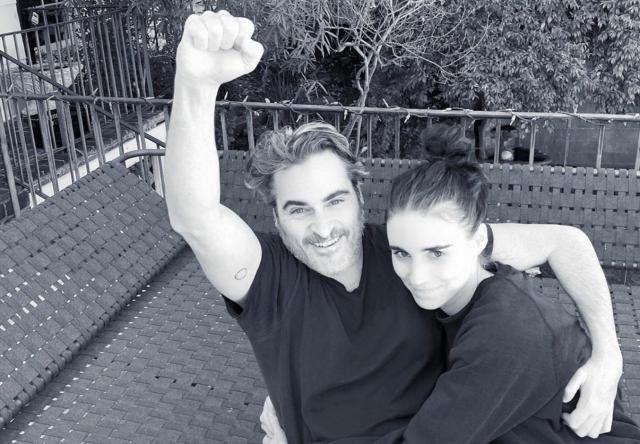 Joaquin Phoenix e Rooney Mara em foto publicada no Instagram (Reprodução)
