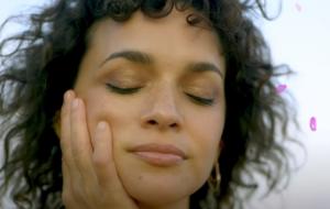 """Norah Jones fala das dores e delícias do autoconhecimento, no clipe de """"Hurts To Be Alone"""""""
