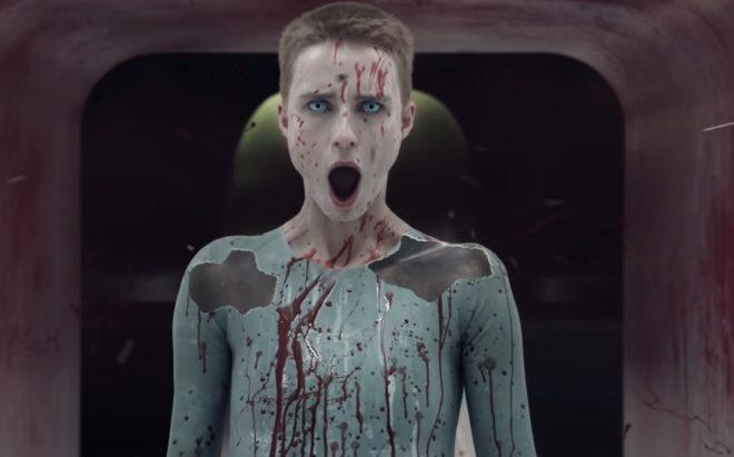"""Amanda Collin em cena de """"Raised by Wolves"""" (Reprodução)"""