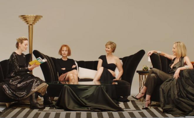 Sarah Paulson, Judy Davis, Cynthia Nixon e Sharon Stone em uma sala de leitura (Foto: Reprodução)