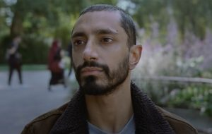 """Riz Ahmed vive baterista que perde a audição no trailer de """"Sound of Metal"""""""