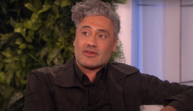 """Taika Waititi no """"The Ellen Show"""" (Reprodução)"""