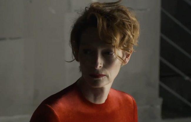 """Tilda Swinton à meia-luz em teaser do filme """"La Voz Humana"""" (Reprodução)"""