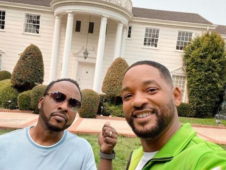Will e Jeazzy em frente a mansão dos Banks (Foto: Reprodução)