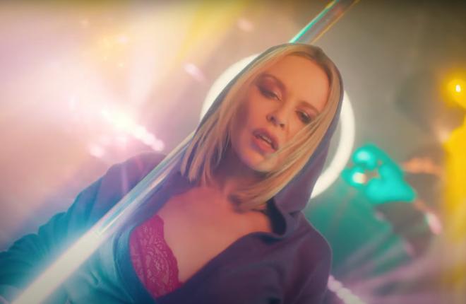 """Kylie Minogue no clipe de """"Magic"""" (Reprodução)"""