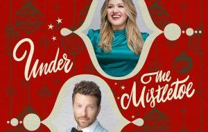 """Under The Mistletoe"": Kelly Clarkson lança novo single natalino em parceria com Brett Eldredge"