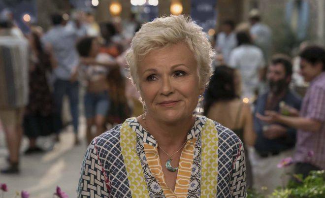 """Julie Walters em """"Mamma Mia: Lá Vamos Nós De Novo!"""" (Reprodução)"""