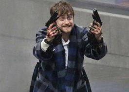"""""""Armas em Jogo"""": filme de ação e comédia com Daniel Radcliffe ganha data de estreia no Brasil"""