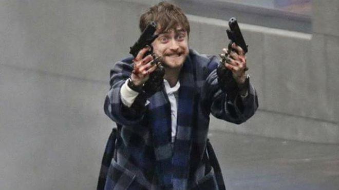 """Daniel Radcliffe em cena de """"Armas em Jogo"""" (Reprodução)"""