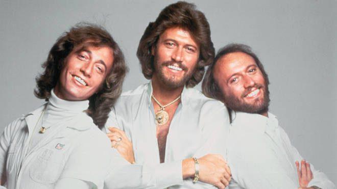 """Bee Gees em foto promocional de """"Stayin' Alive"""" (Divulgação)"""