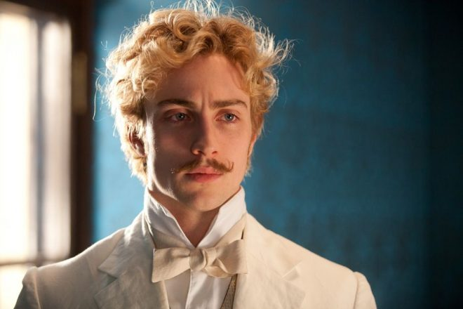 "Aaron Taylor-Johnson em ""Anna Karenina"" (Reprodução)"