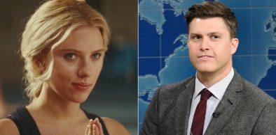"""Scarlett Johansson em """"Ele Não Está Tão A Fim de Você"""" e Colin Jost no """"Saturday Night Live"""" (Reprodução)"""