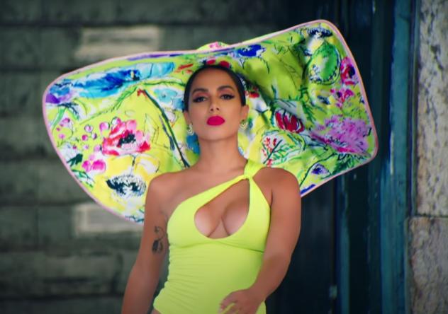 """Sente o poder! Anitta em cena de """"Me Gusta"""" (Reprodução)"""