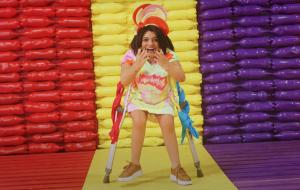 """Pequena Lô estrela clipe divertido de Dennis DJ; assista a """"Novo Normal"""""""