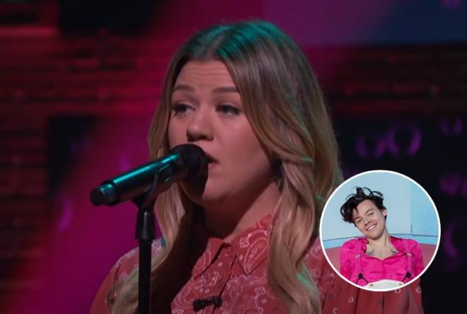 """Kelly Clarkson cantando no microfone (Reprodução) / Harry Styles em pôster da turnê """"Love On Tour"""" (Divulgação)"""