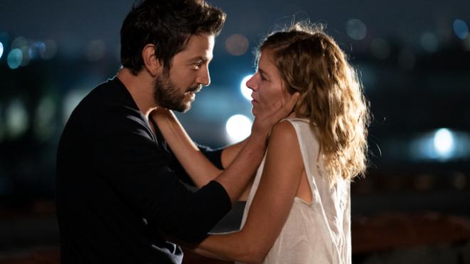"""Sienna Miller e Diego Luna em """"Wander Darkly"""" (Reprodução)"""