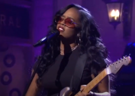 "H.E.R apresenta as novas faixas ""Damage"" e ""Hold On"" no Saturday Night Live"