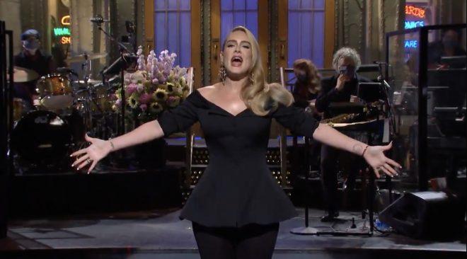 Adele em seu monólogo de abertura no SNL (Reprodução)