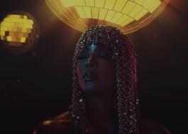 "Kelly Rowland lança lyric video glamuroso para a faixa ""Crazy"""