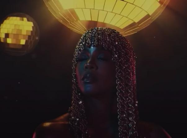 """Kelly Rowland em imagens do lyric video de """"Crazy"""" (Reprodução)"""