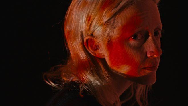 Filme tem como protagonista a atriz Andrea Riseborough (Foto: Reprodução)
