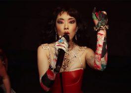"Cheia de dramaticidade, Rina Sawayama apresenta ""XS"" no programa do Jimmy Fallon"