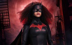 """Javicia Leslie comenta detalhes do uniforme usado na 2ª temporada de """"Batwoman"""" em novo vídeo"""