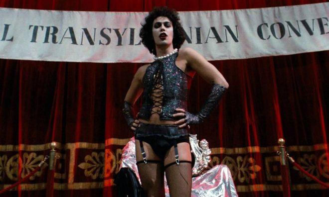 """Tim Curry em cena de """"The Rocky Horror Picture Show"""" (Reprodução)"""