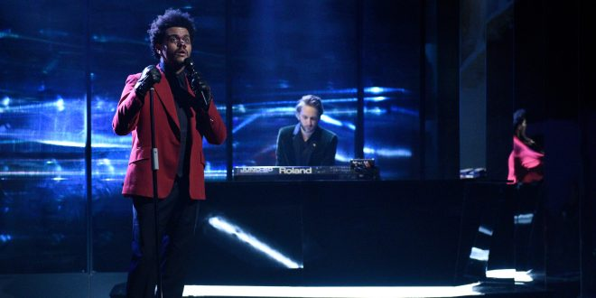 "The Weeknd e Oneohtrix Point Never no ""Saturday Night Live"" (Reprodução)"